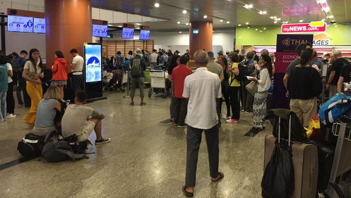 Warten, um einen Flug zu ergattern. Reisende am Flughafen von Rangun (Myanmar).
