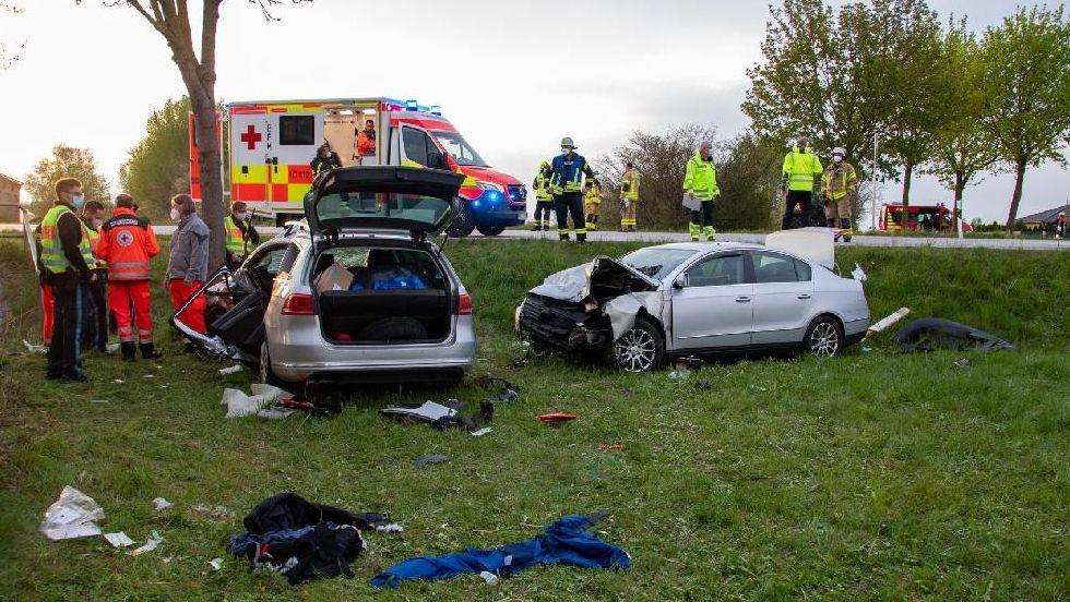 Bei einem schweren Verkehrsunfall wurde ein 20-Jähriger lebensgefährlich verletzt.
