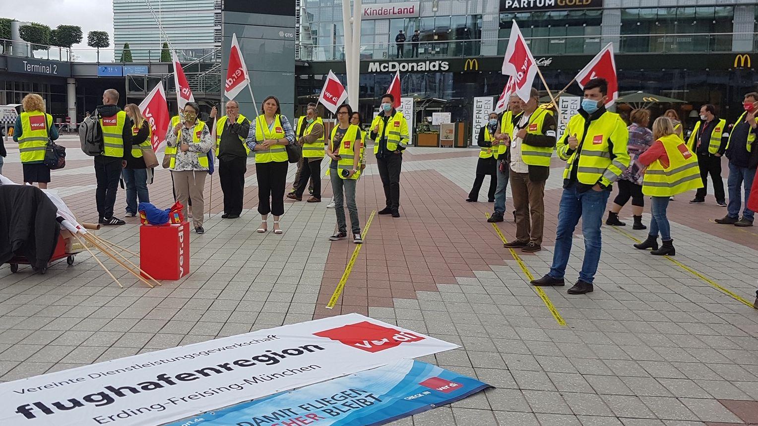 Mitglieder des Bodenpersonals demonstrieren
