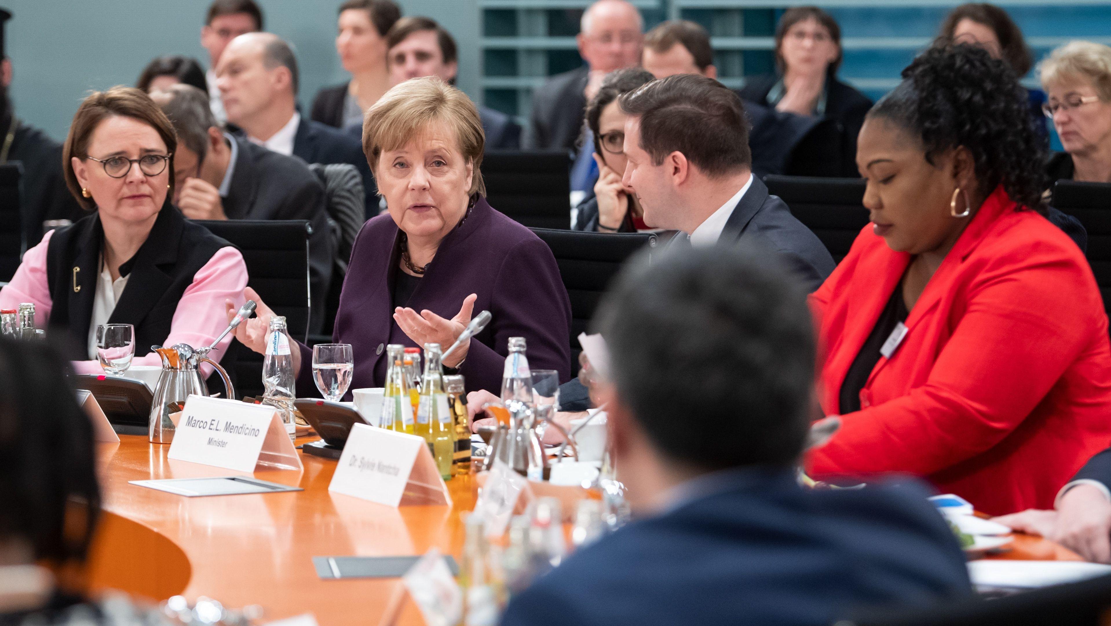 Bundeskanzlerin Angela Merkel (M, CDU) begrüßt zu Beginn des 11. Integrationsgipfels im Bundeskanzleramt die Teilnehmer