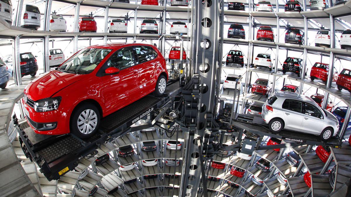 Blick in der VW-Autoturm in Wolfsburg