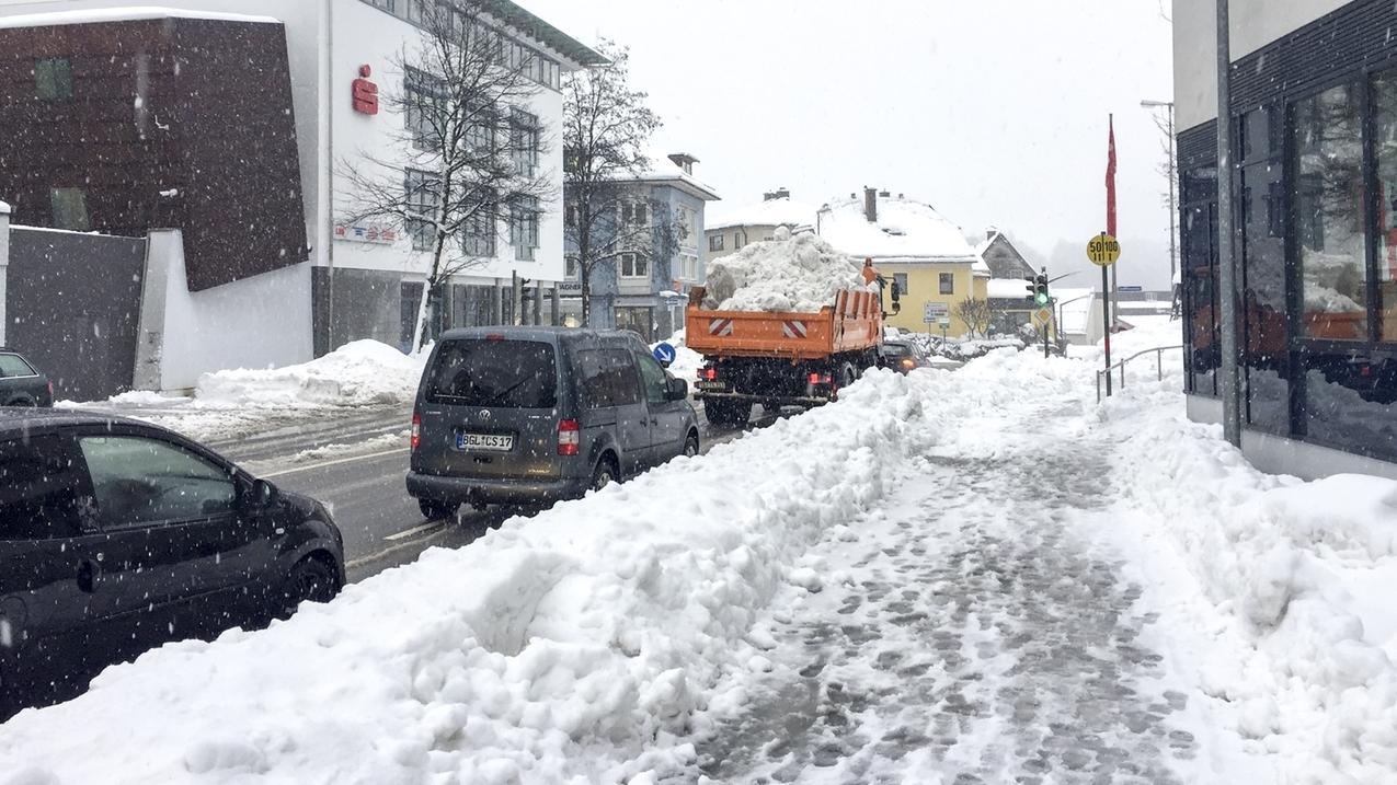 Wenn sich auf den Bürgersteigen zu viel zusammengekehrter Schnee gesammelt hat, wird er auf Lastwagen aus der Stadt gebracht