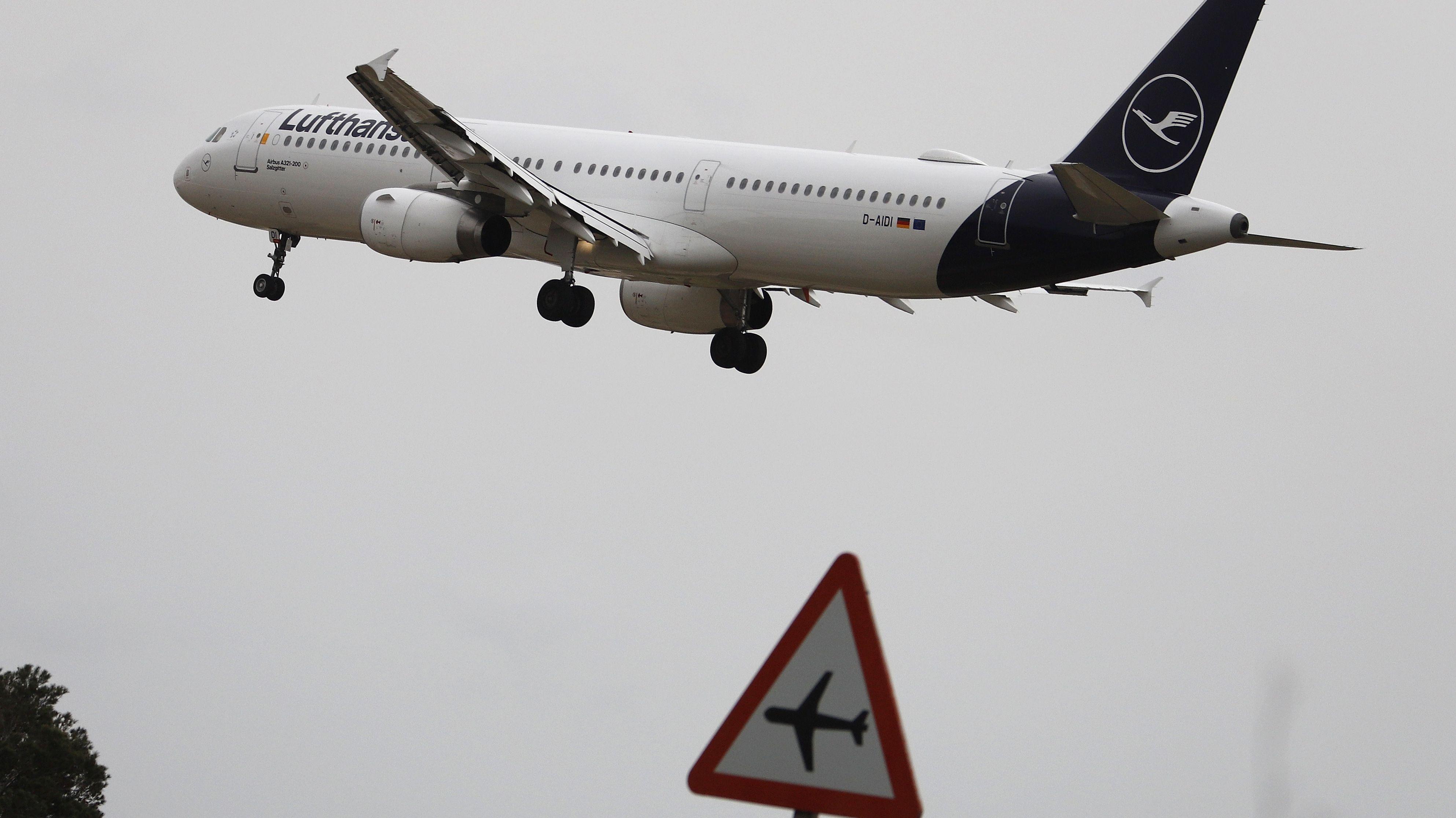 Eine Maschine der Lufthansa startet vom Flughafen in Palma de Mallorca, um gestrandete Deutsche nach Hause zu fliegen.