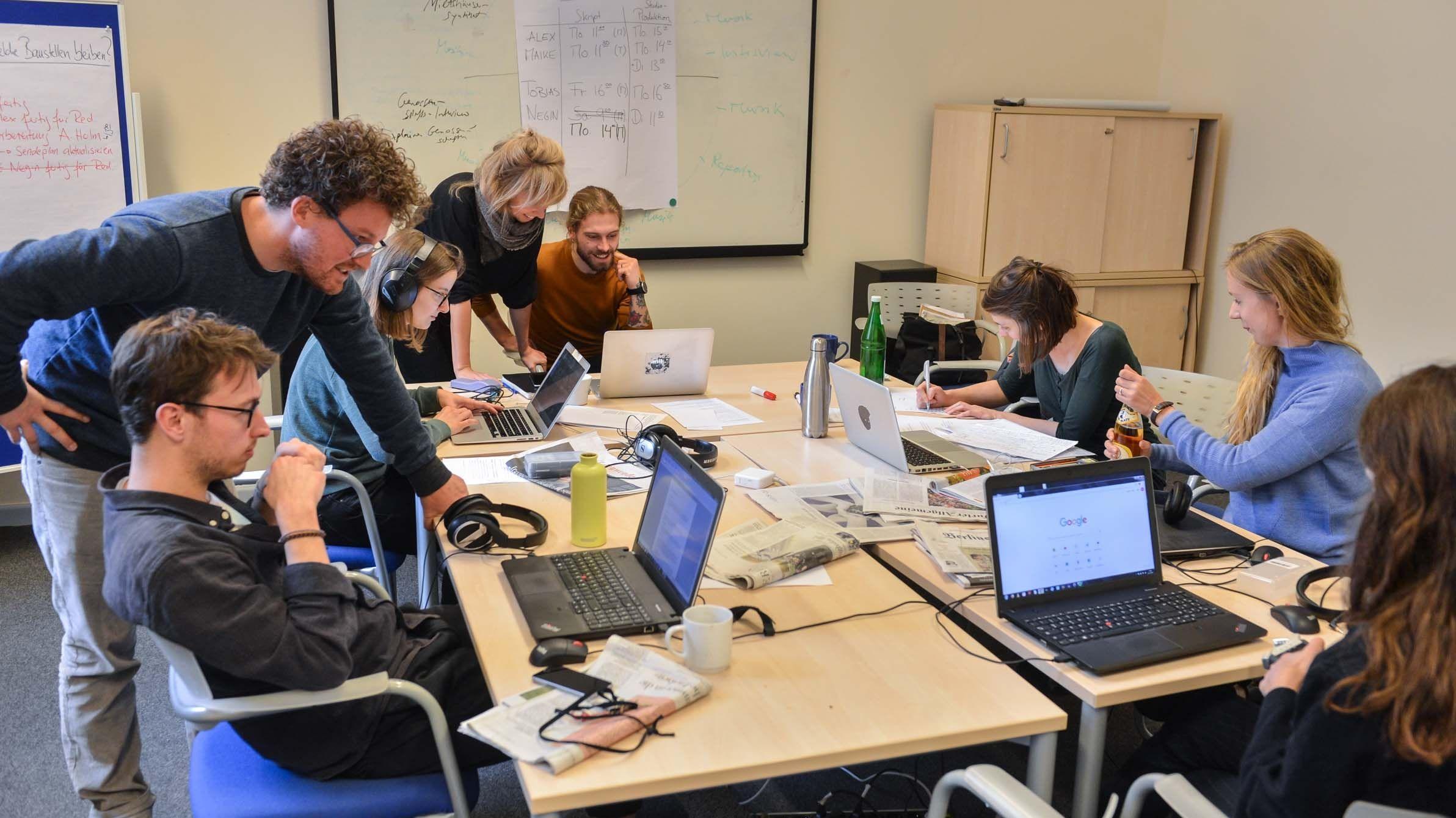 Studierende an der Evangelischen Journalistenschule in Berlin.