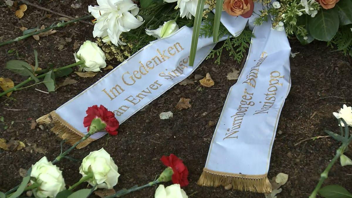 Blumen in Erinnerung an  Enver Şimşek