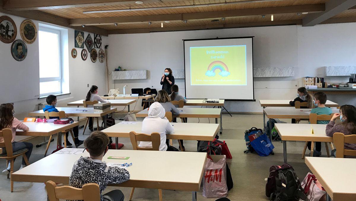 Willkommen zurück: Unterricht im Schützenheim für Grundschüler in Altenmünster.