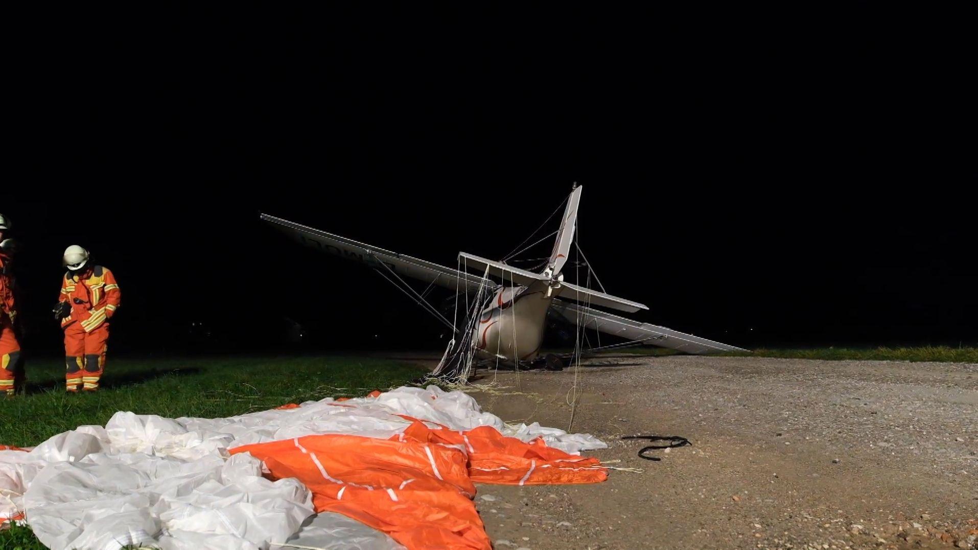 Abgestürztes Ultraleichtflugzeug mit Rettungsschirm.