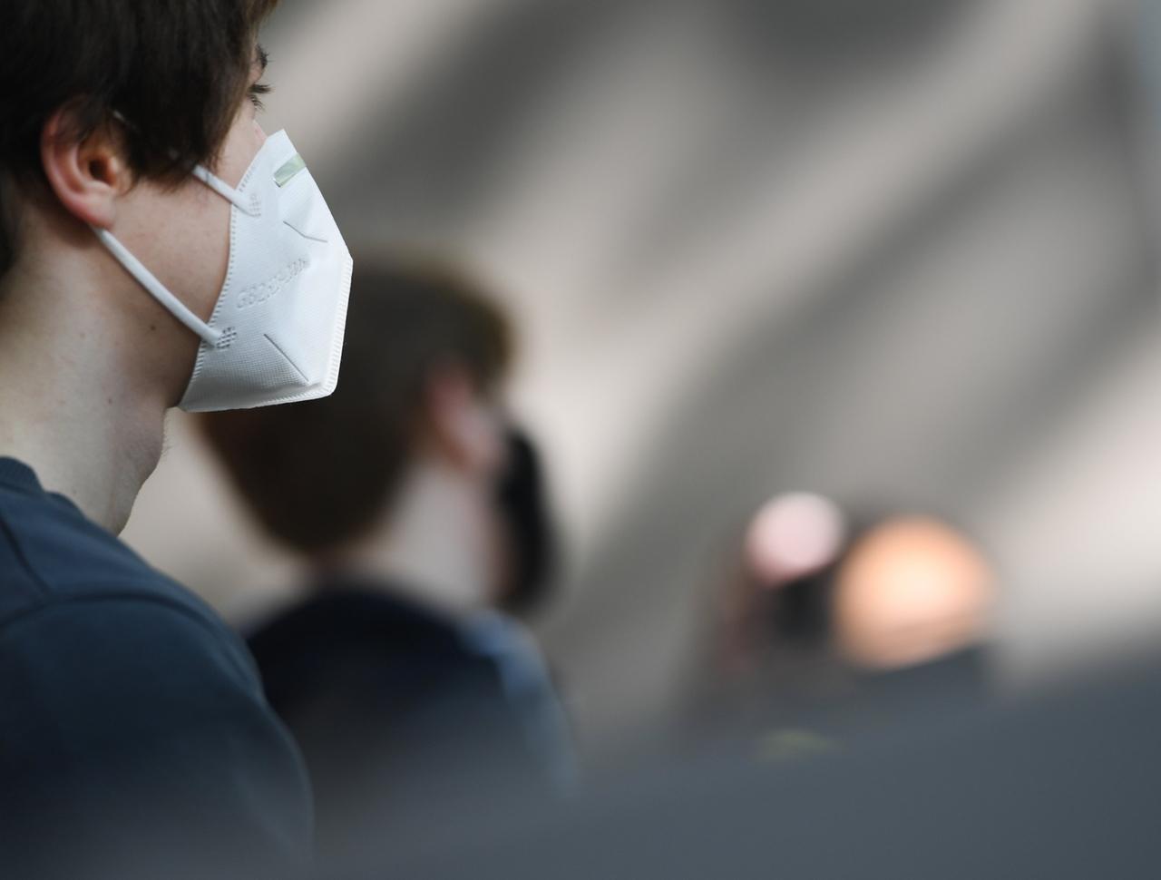 Ein Kind trägt eine FFP2-Maske