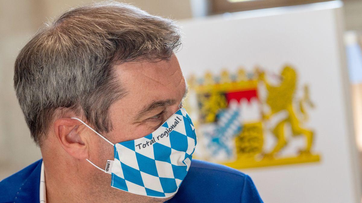 Der Bayerische Ministerpräsident Markus Söder trägt einen Weiß-blauen Mund-Nasen-Schutz.