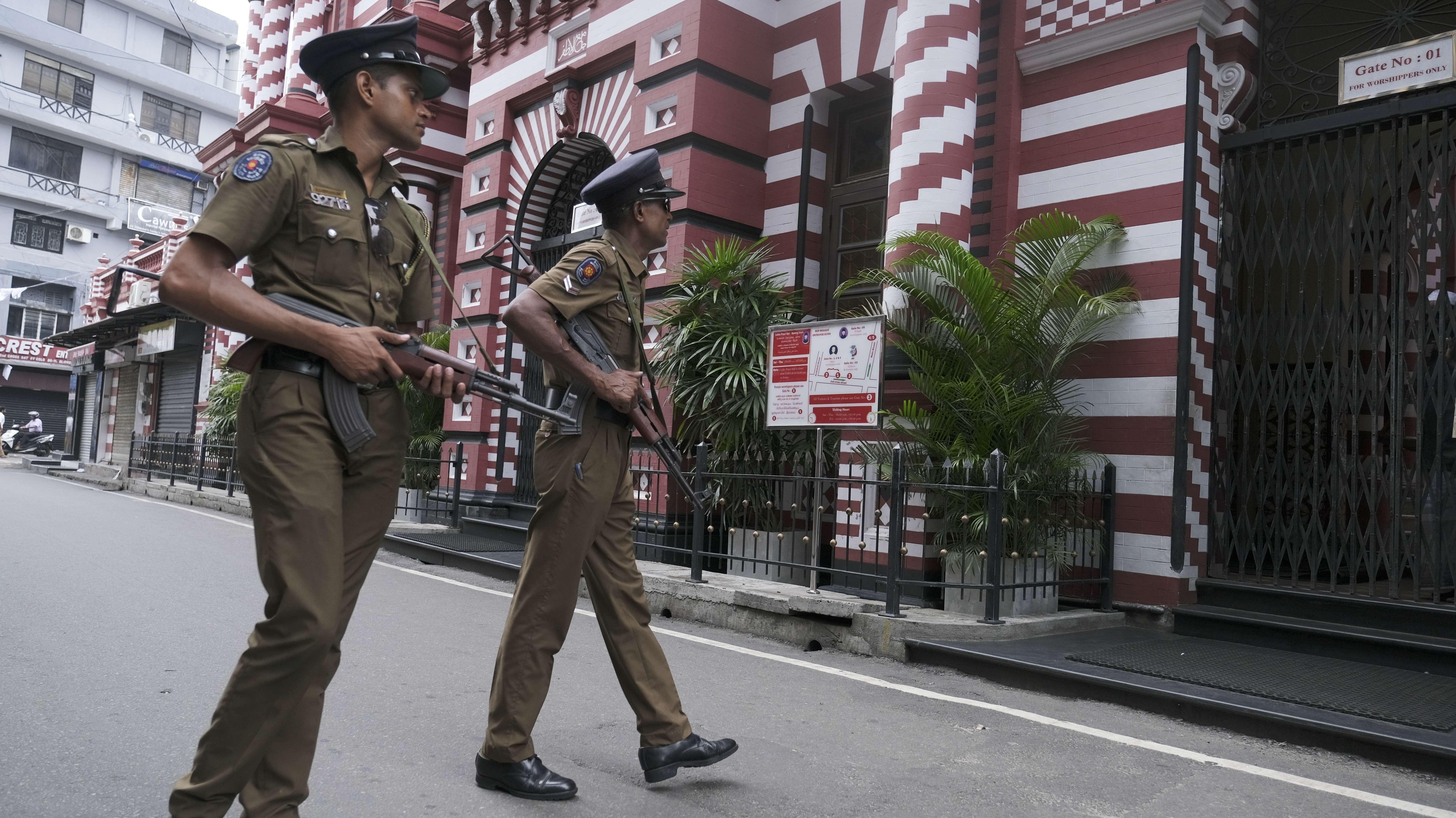 Polizisten patrouillieren in Sri Lankas Hauptstadt Colombo