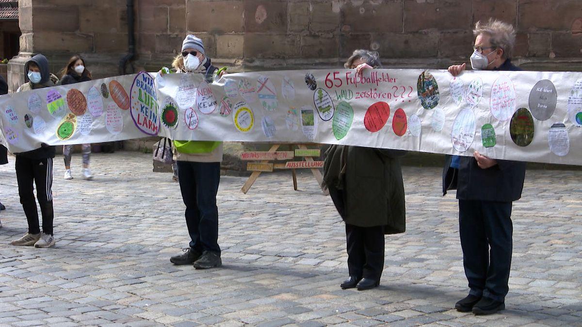ICE-Protest vor dem Nürnberger Rathaus