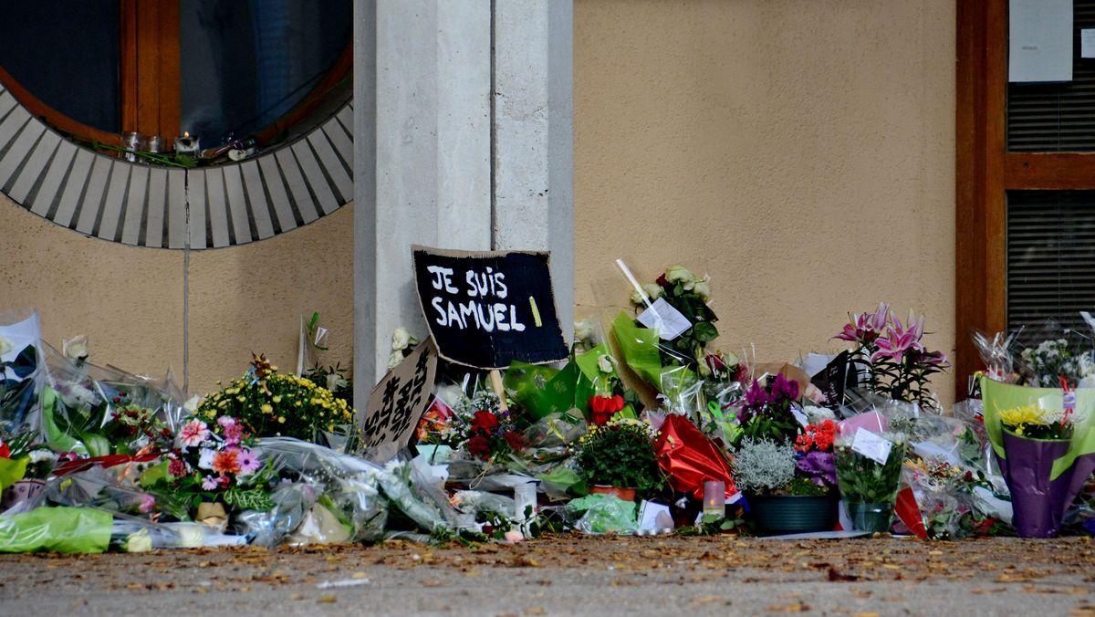 Blumen vor der Schule des ermordeten Lehrers Samuel Paty
