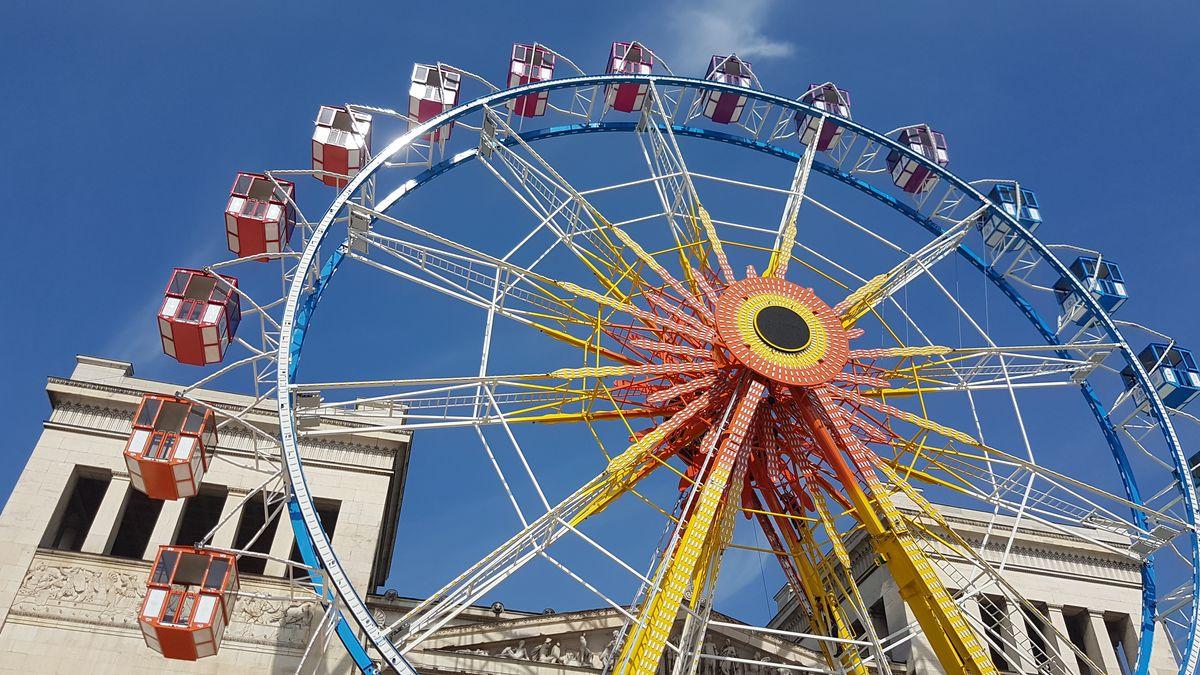 Das Riesenrad auf dem Königsplatz dreht die letzten Proberunden