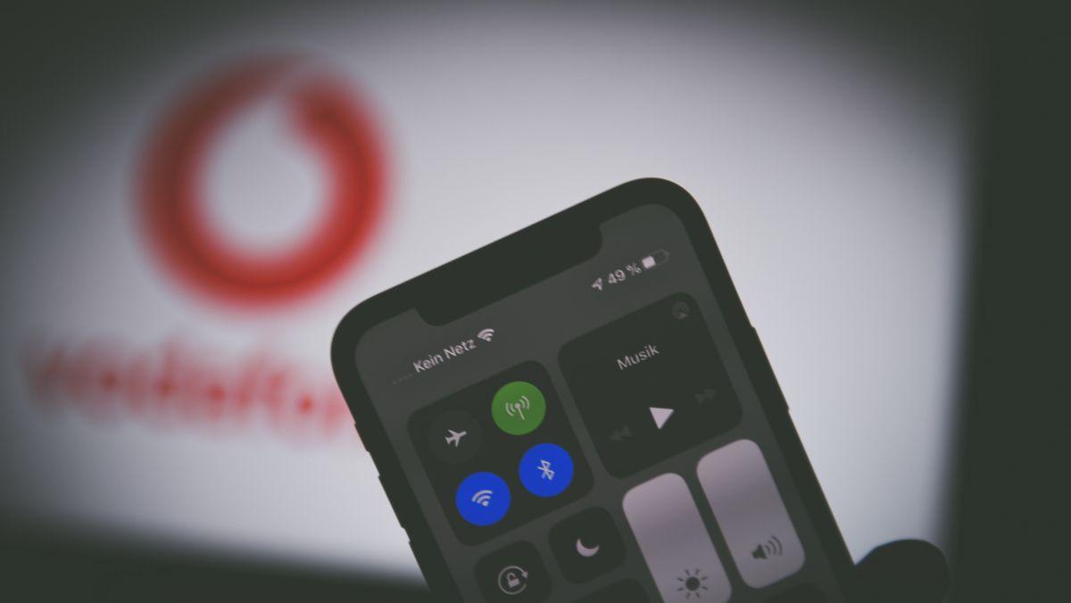 """Auf einen Smartphone mit einem Mobilfunkvertrag von Vodafone ist """"Kein Netz"""" zu lesen."""