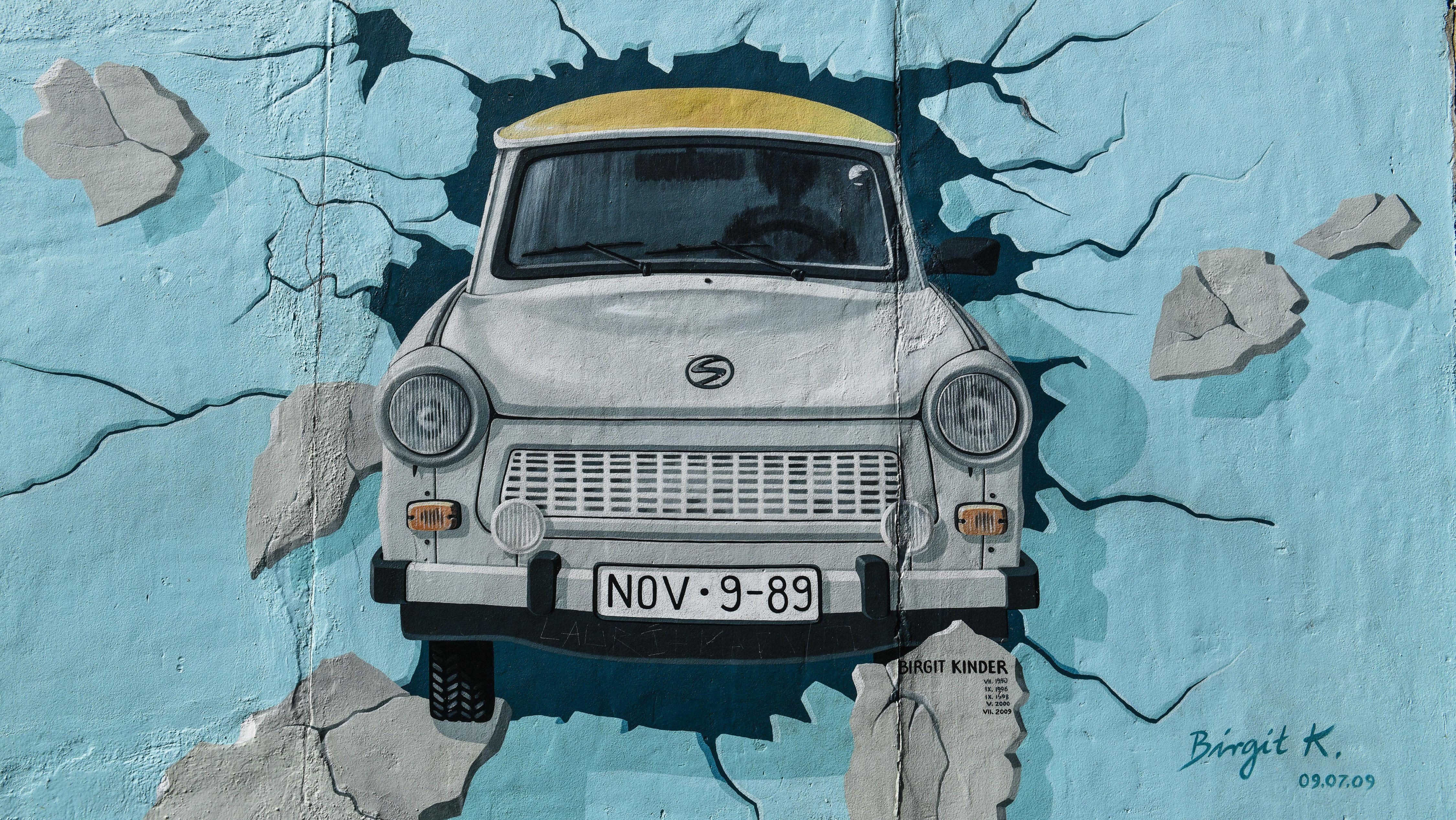 Trabbi auf der Berliner Mauer