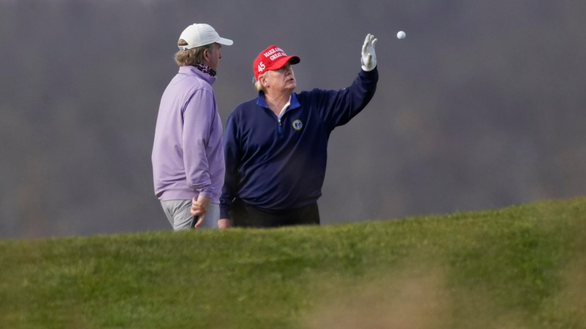 Trump fängt einen Golfball in der Luft auf.