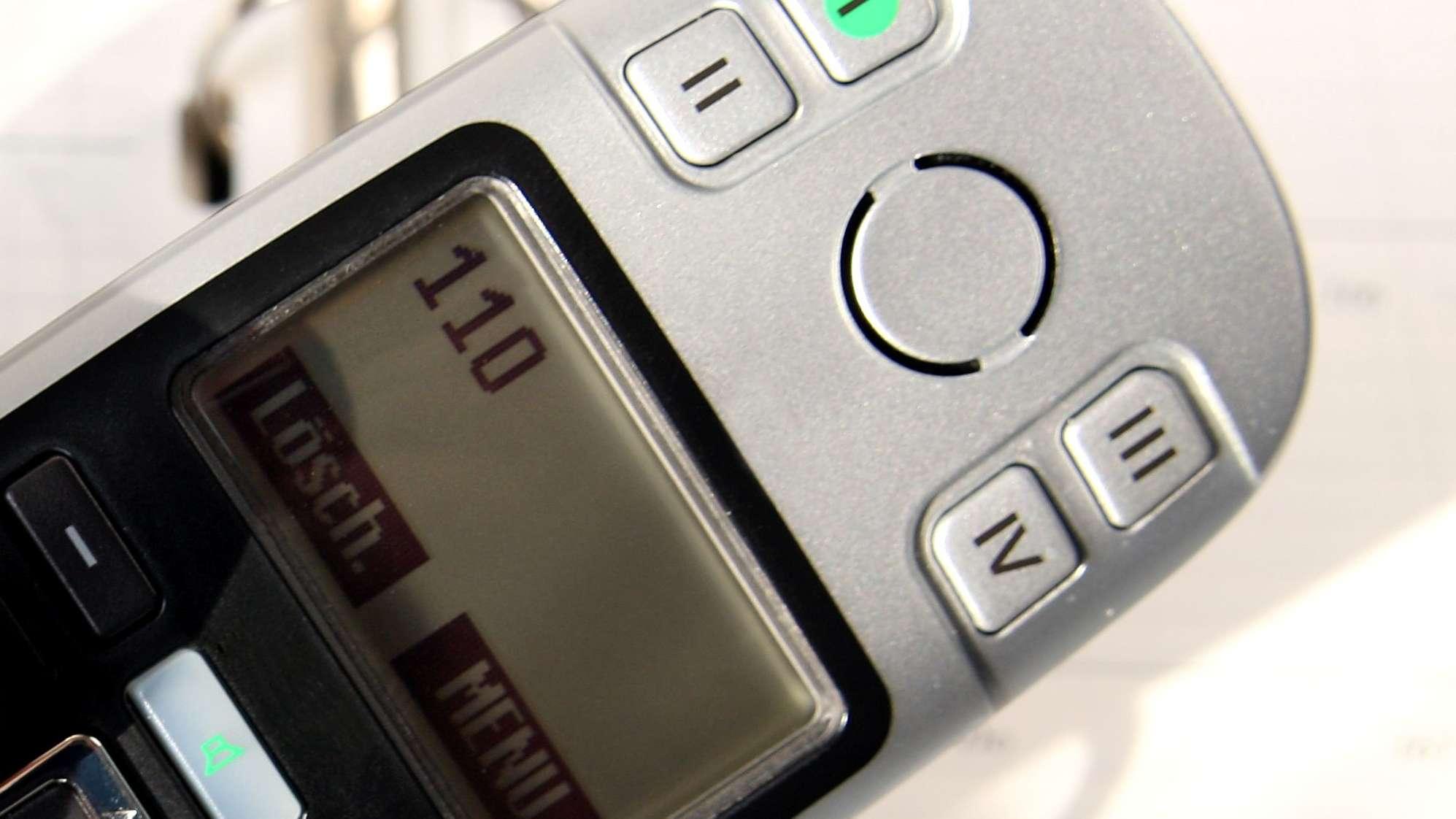 """""""110"""" steht im Display eines Telefons"""