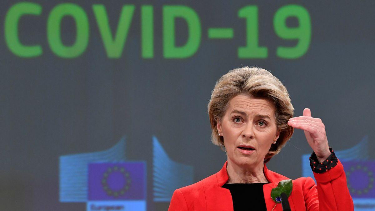 EU-Kommissionspräsidentin Ursula von der Leyen auf einer Pressekonferenz. Hinter ihr ist der Schriftzug Covid-19 projiziert.