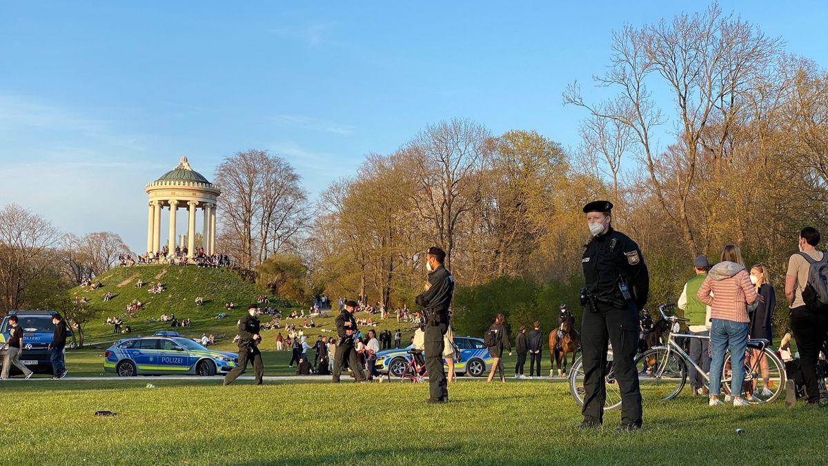Polizei nach einer Schlägerei am 24.04.2021 im Englischen Garten in München.