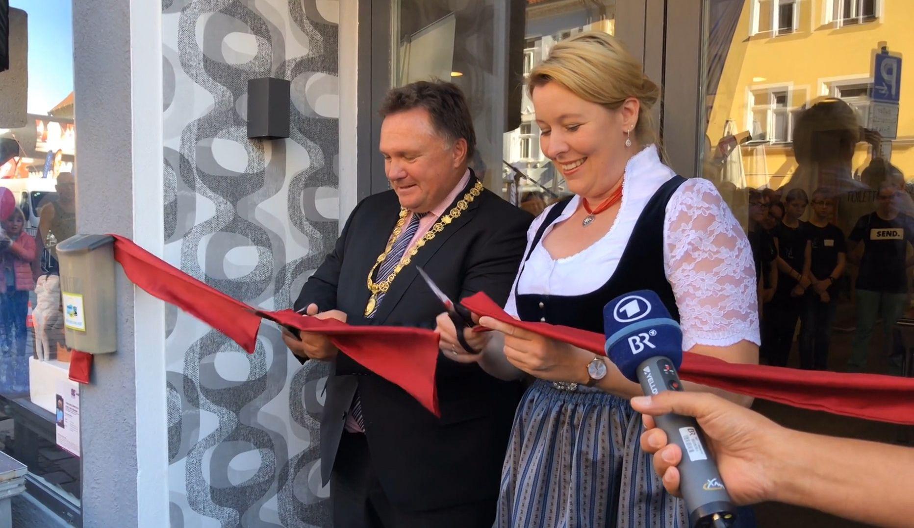 """Stefan Bosse (CSU), Oberbürgermeister von Kaufbeuren, und Franziska Giffey (SPD), Bundesfamilienministerin vor dem """"Haus der Demokratie"""" in Kaufbeuren"""