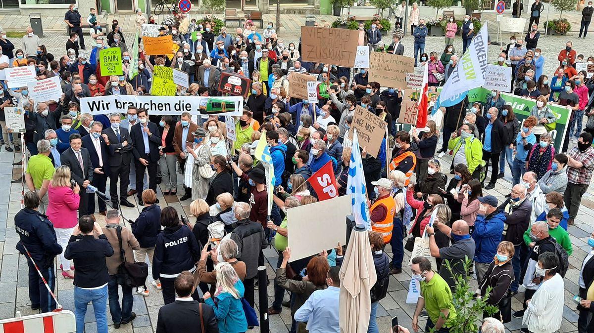 Demonstration für die Waldbahn auf dem Regener Stadtplatz
