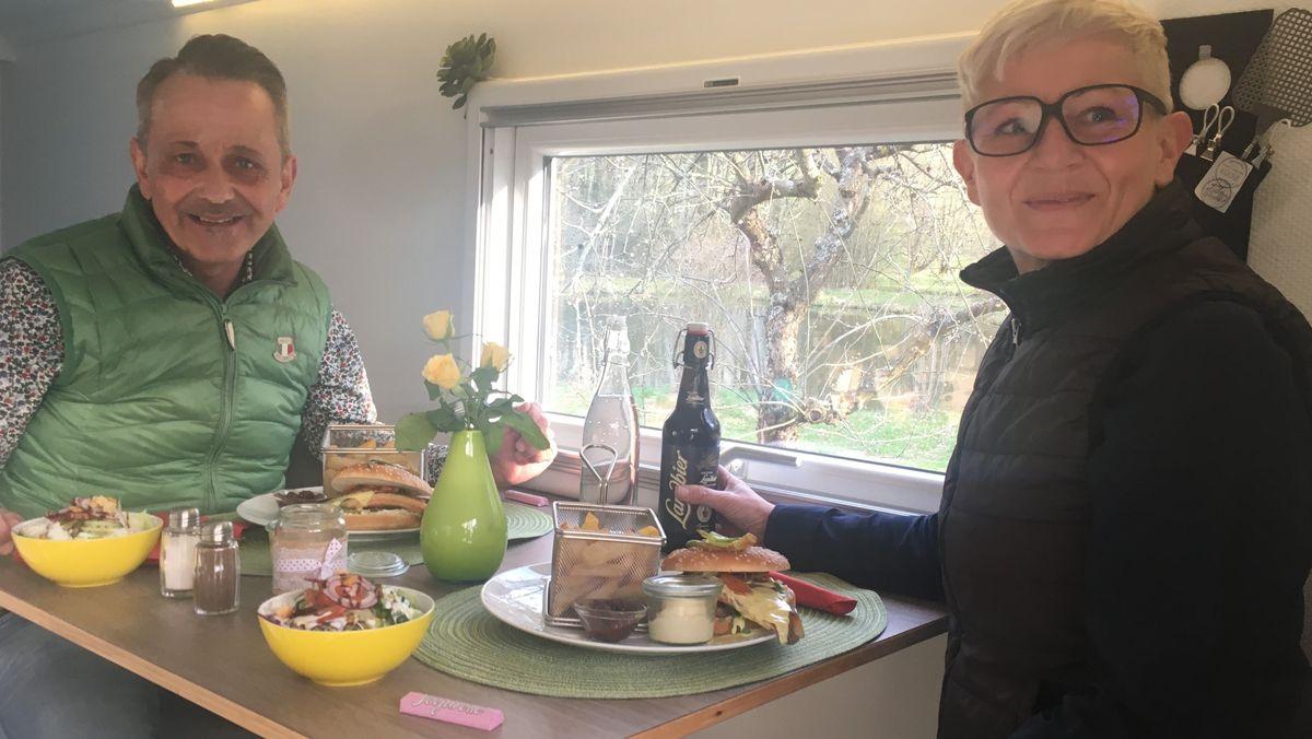 Brigitte und Herbert Braun sitzen am Tisch ihres Wohnmobils.