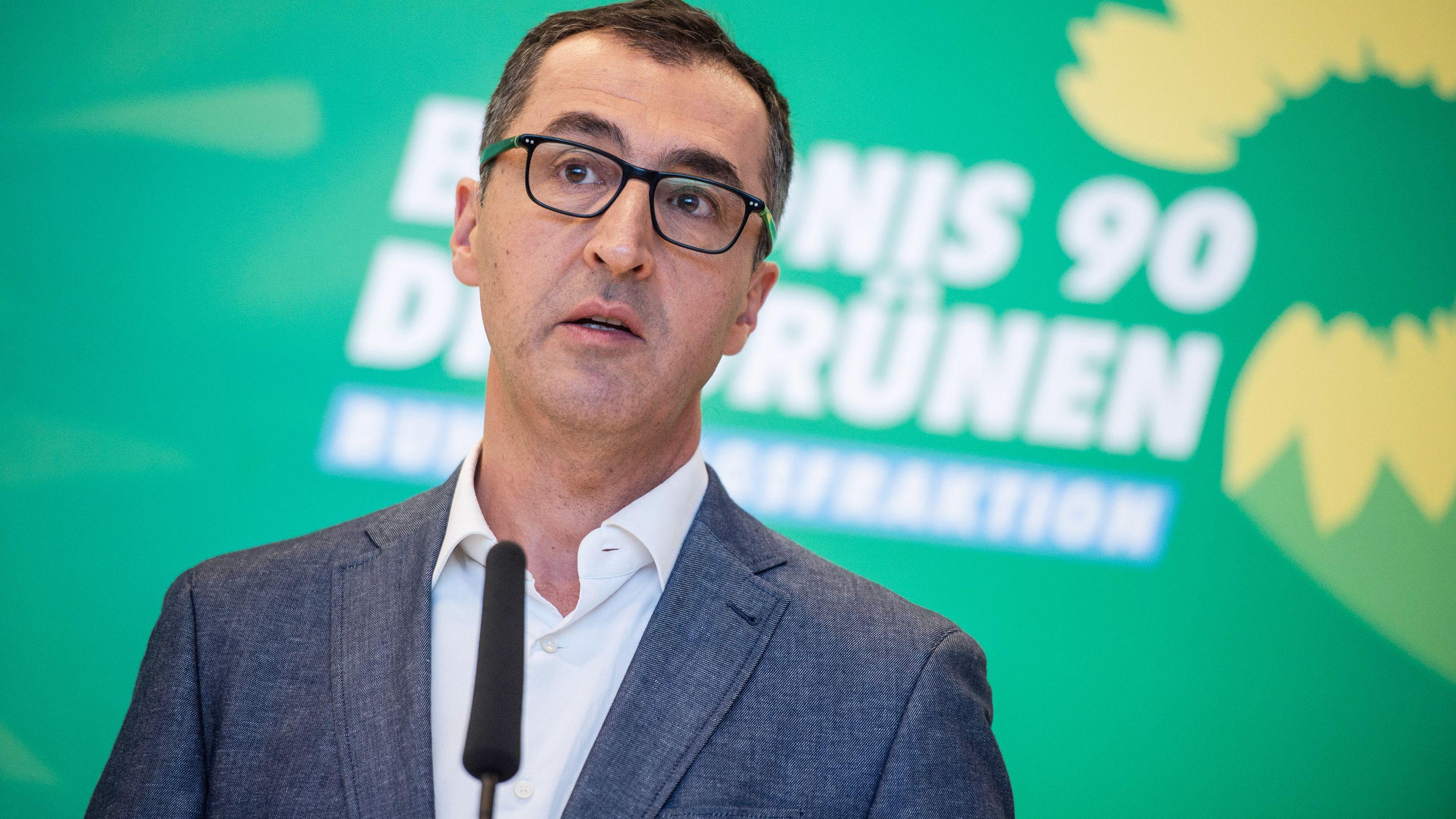 Cem Özdemir (Die Grünen) spricht nach einer Fraktionssitzung im Deutschen Bundestag