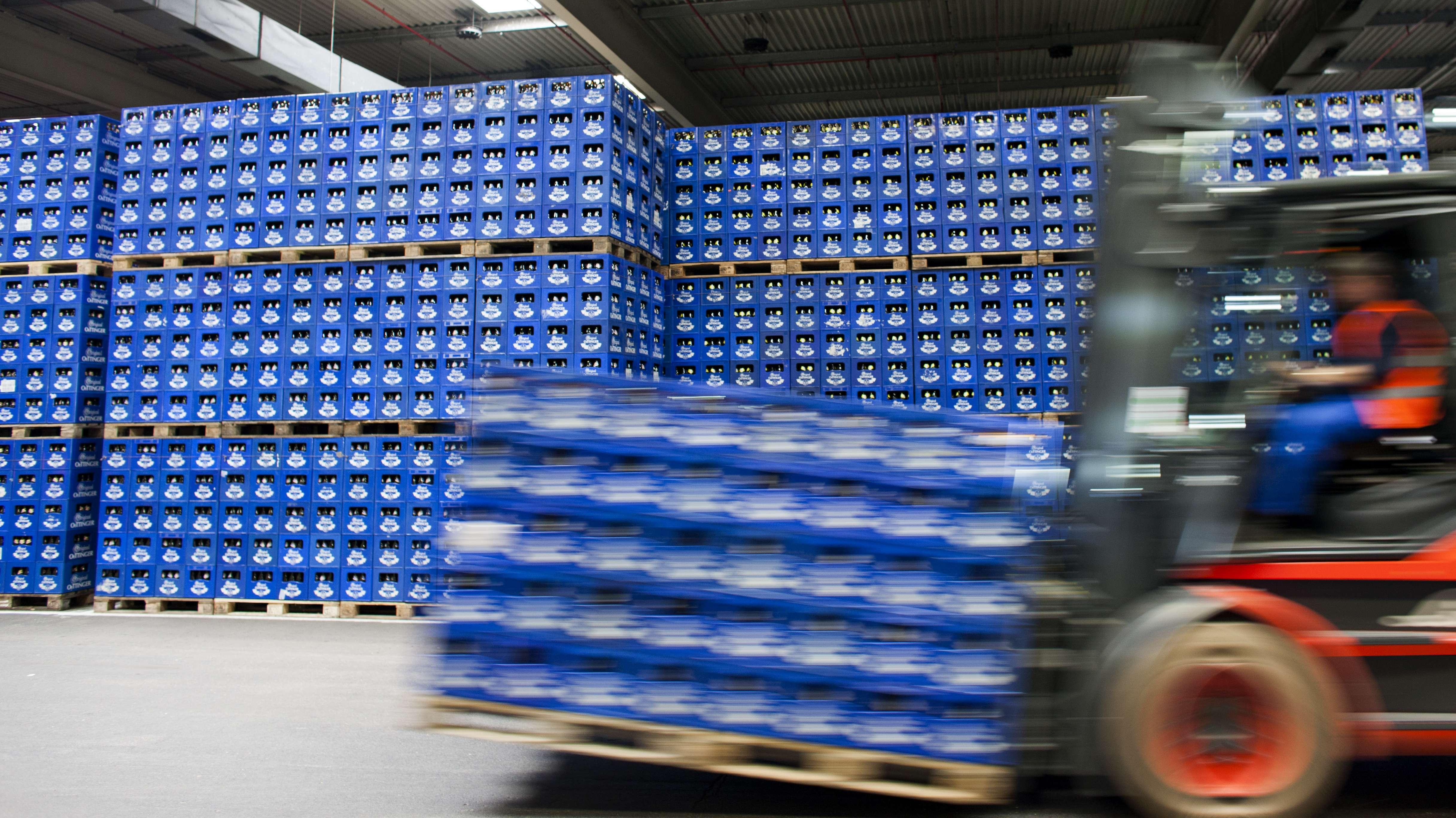 Blick in die Bierproduktion der Oettinger Brauerei in Mönchengladbach.