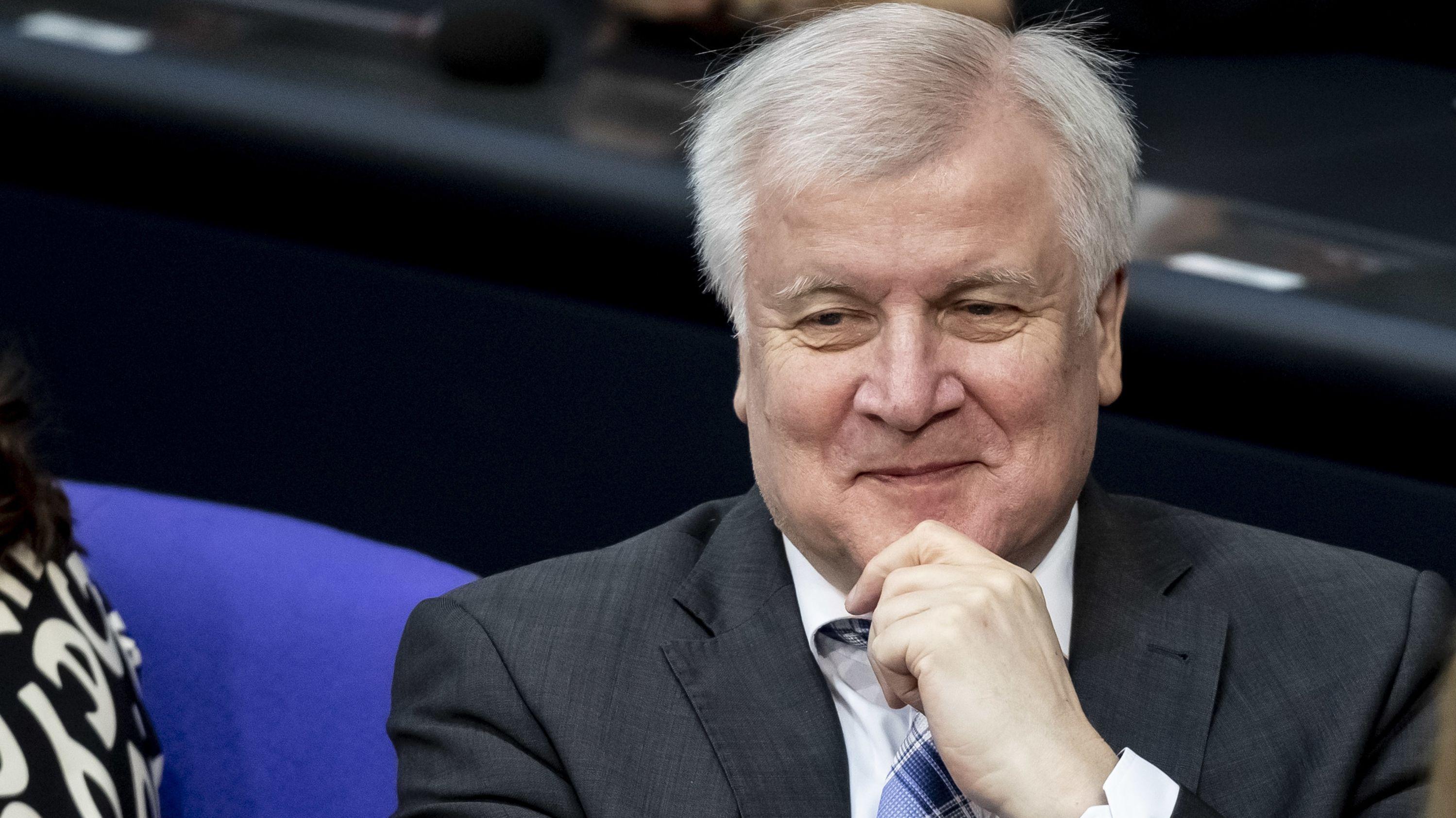 Horst Seehofer (CSU), Bundesinnenminister, lächelt im Plenum im Bundestag