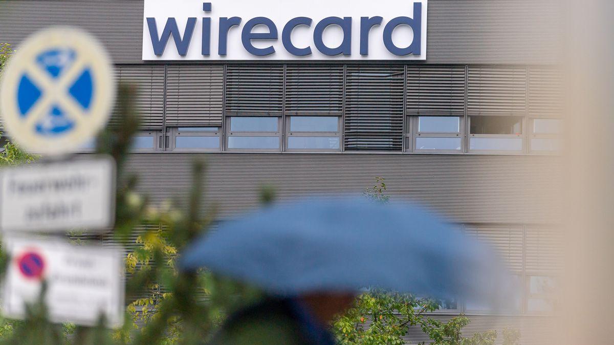 01.09.2020, Bayern, München: Das Logo der insolventen Firma Wirecard hängt an der Fassade des Unternehmens in Aschheim bei München.