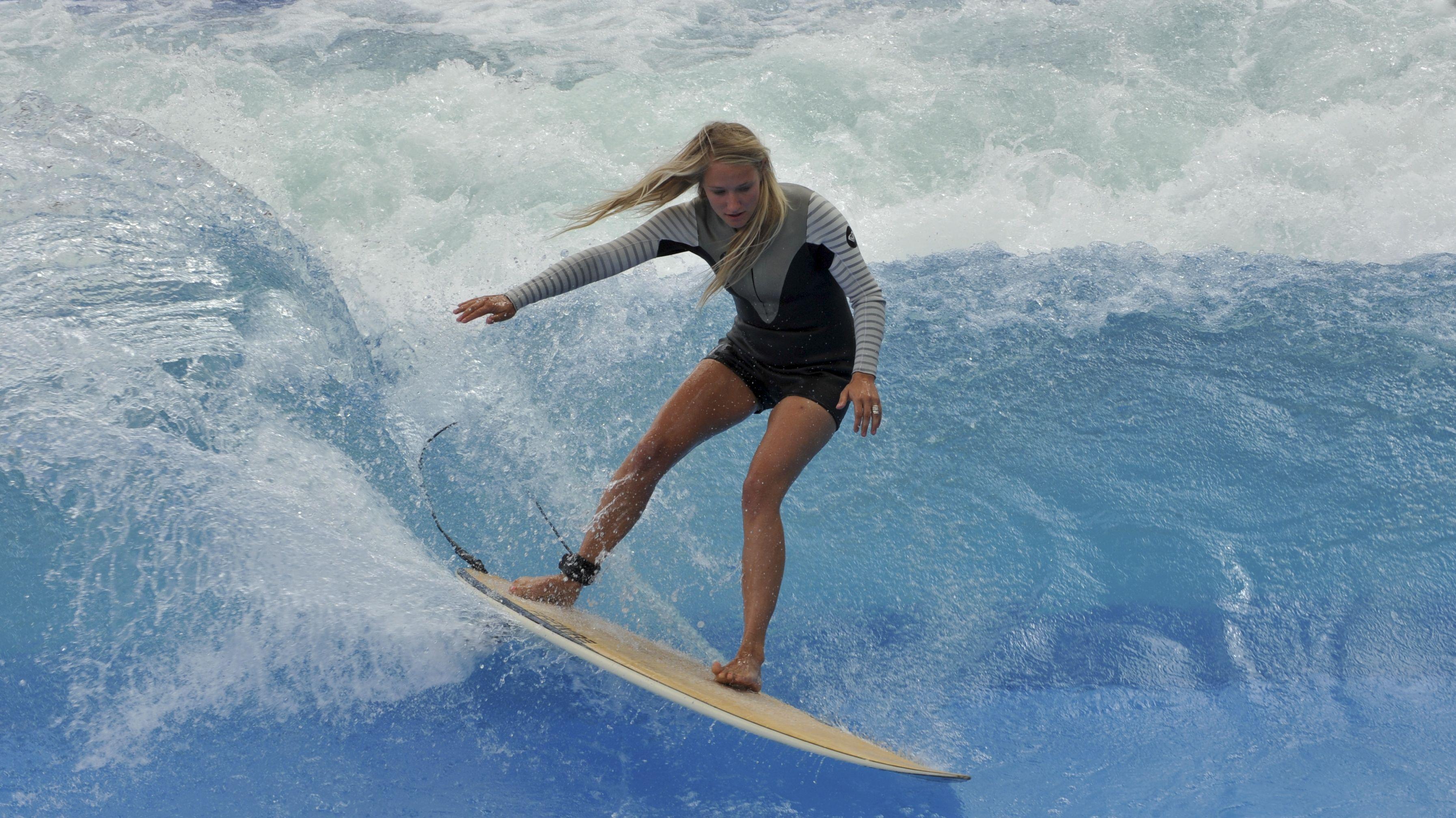 Surferin auf einer stehenden Welle