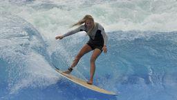 Surferin auf einer stehenden Welle | Bild:Picture alliance/dpa