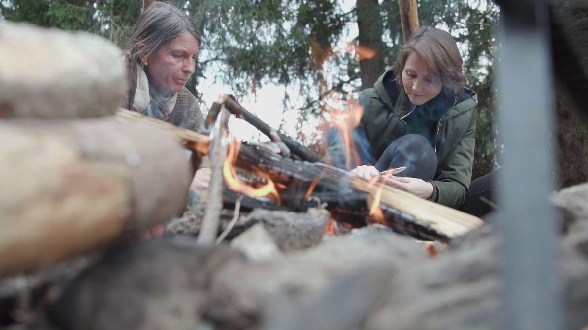 Wildnispädagogin Tatjana Falk (l.) und Reporterin Alexandra Rinschler beim Feuermachen