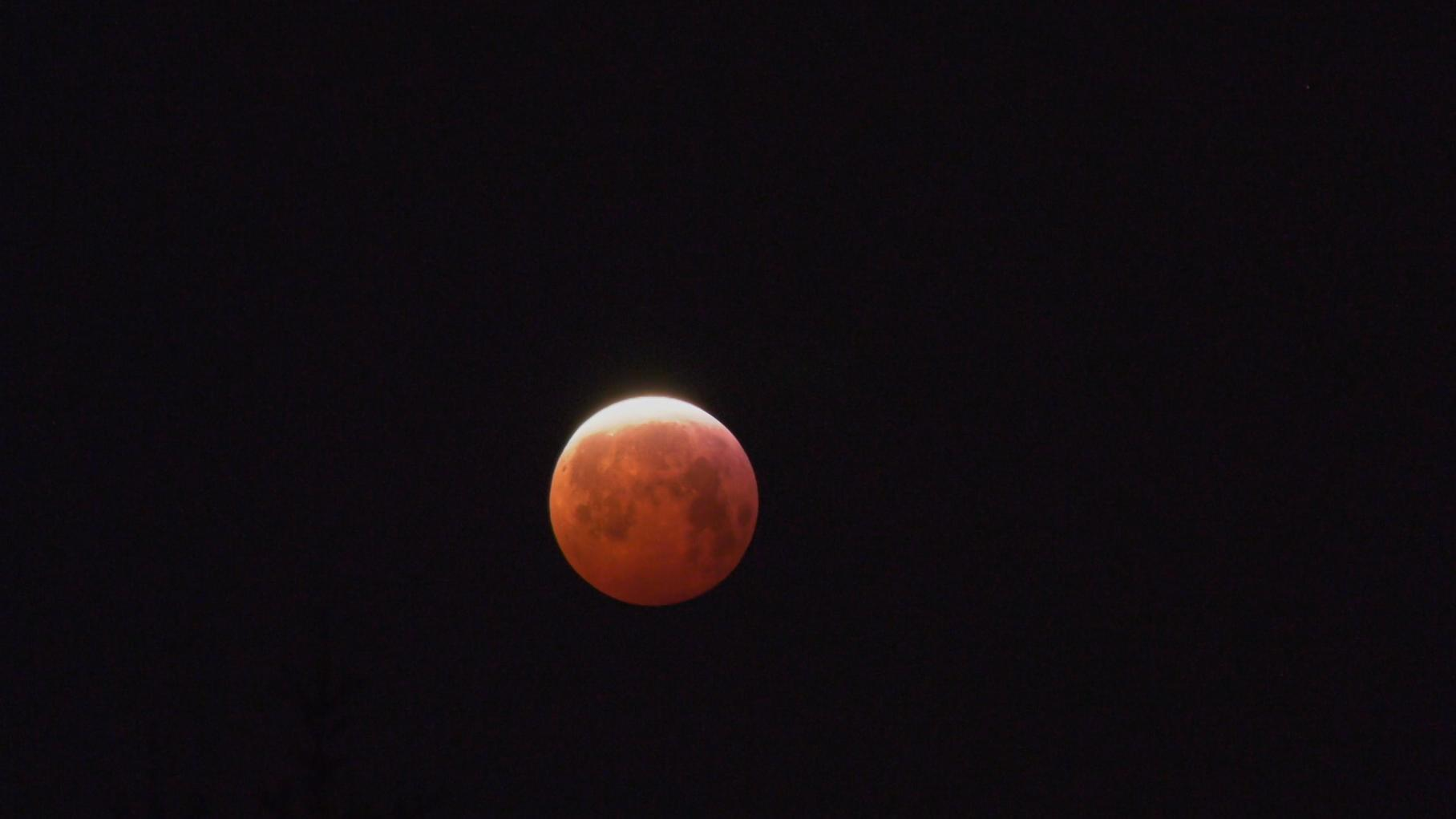Ein sogenannter Blutmond am Montagmorgen: Um eine totale Mondfinsternis zeigte sich der Vollmond kupferrot.