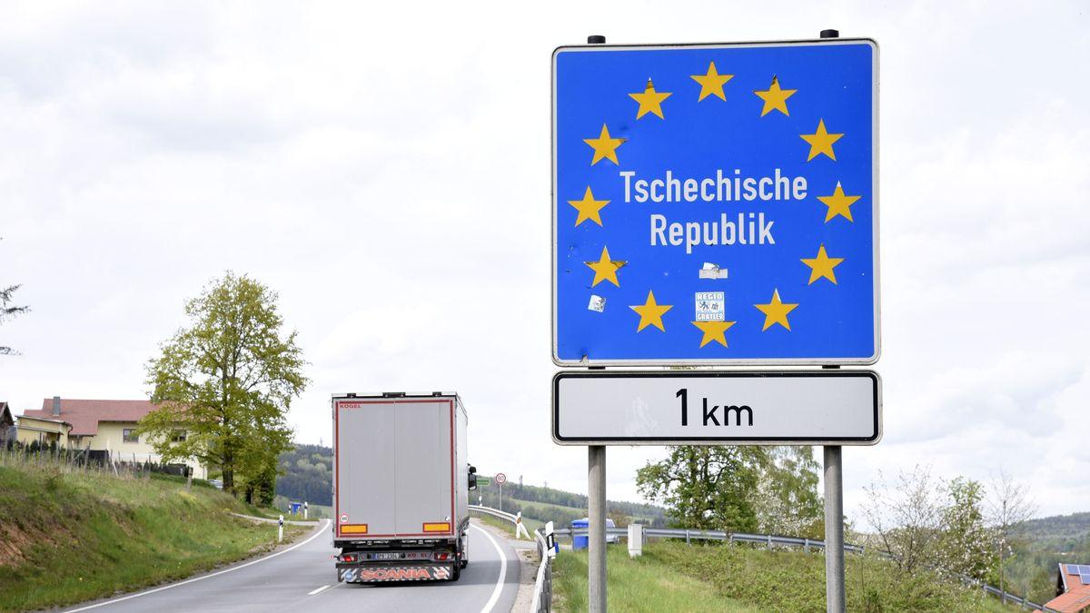 """Schild """"Tschechische Grenze 1 Kilometer"""""""