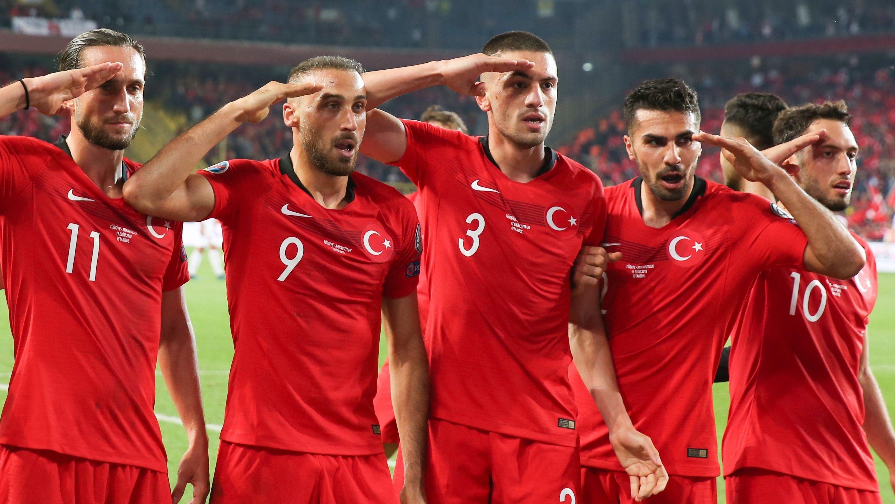 Türkische Nationalspieler zeigen den Militärgruß beim Torjubel