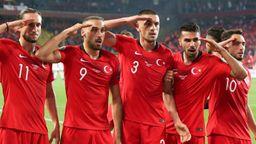 Türkische Nationalspieler zeigen den Militärgruß beim Torjubel | Bild:picture alliance / AA