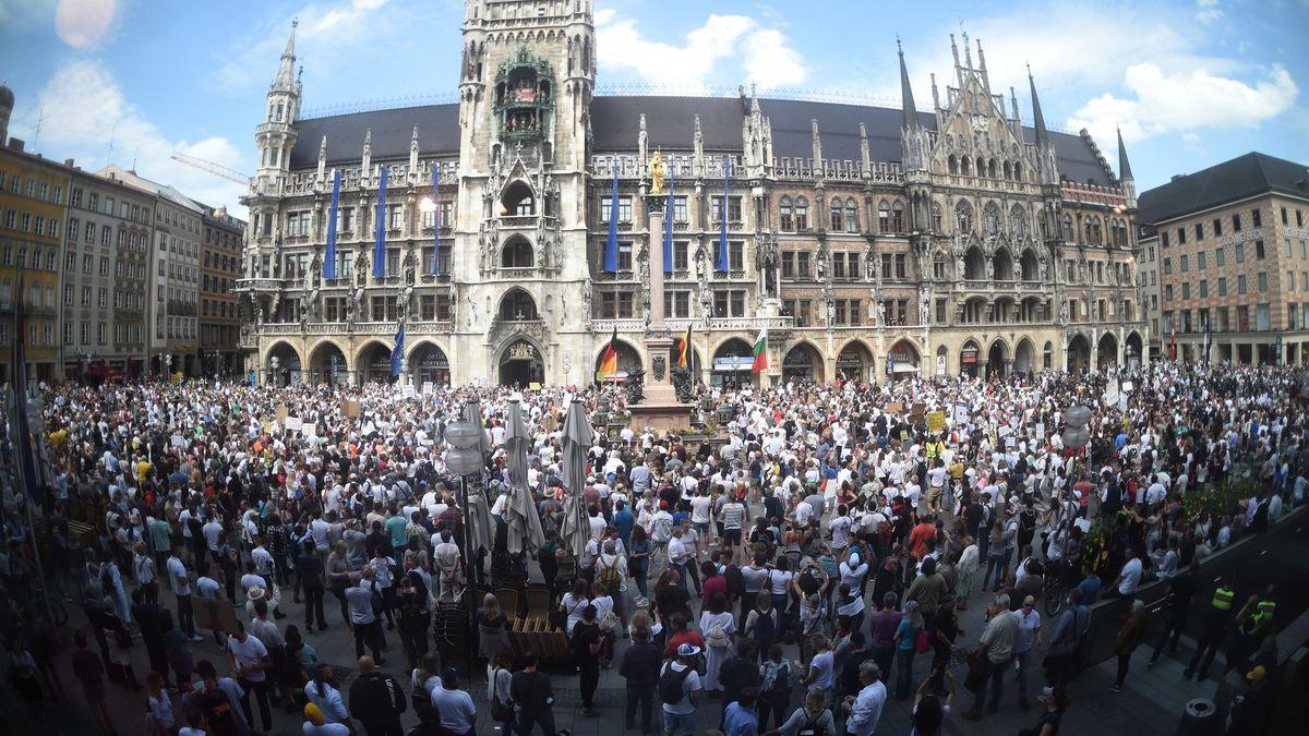Menschenansammlung auf dem Marienplatz vor dem Rathaus bei der Demo am Samstag