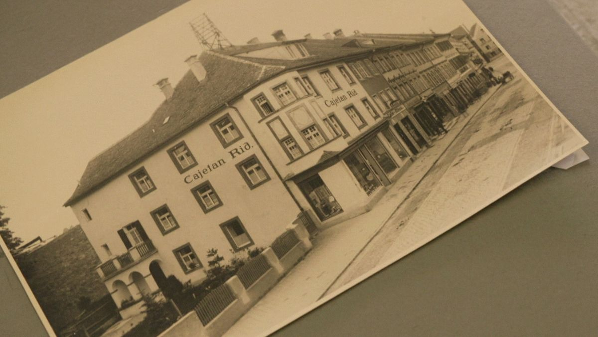 """Historisches Foto aus Weilheim mit Gebäude auf dem """"Cajetan Rid"""" geschrieben steht"""