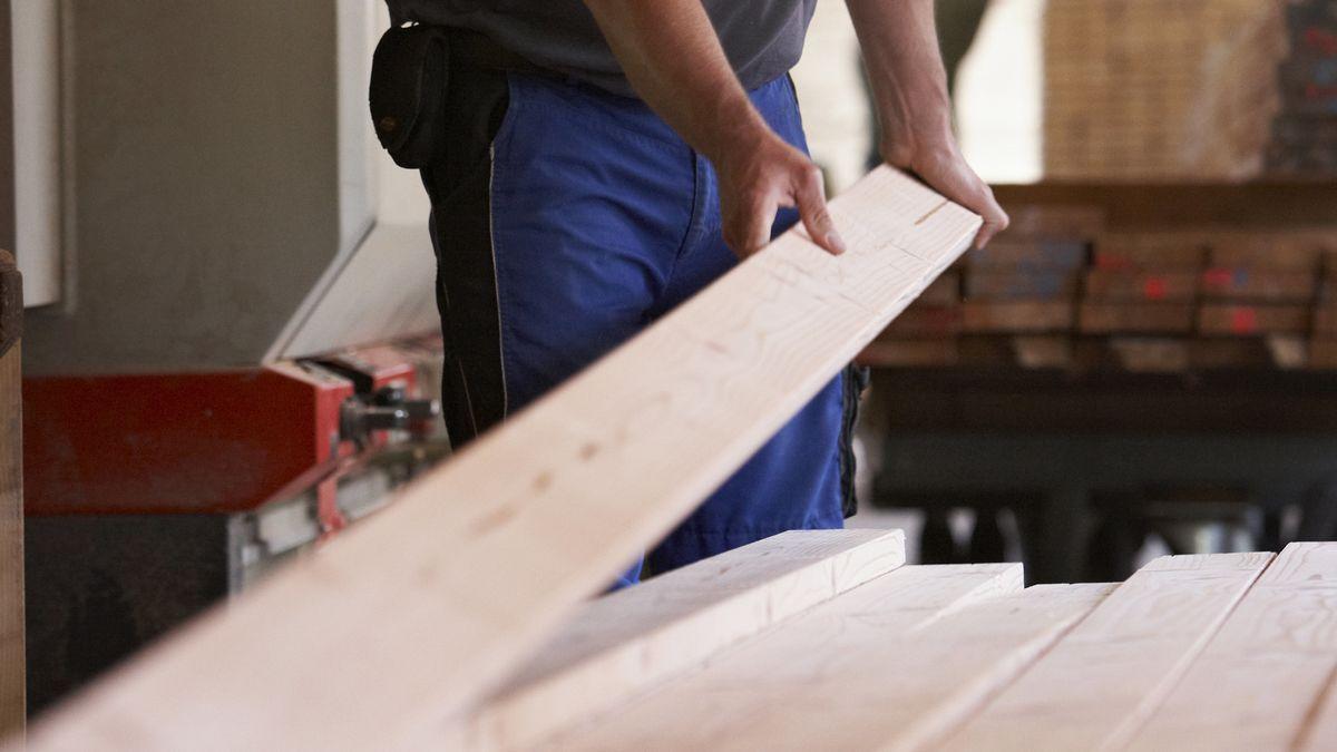 Ein Mann arbeitet in einem Holzwerk