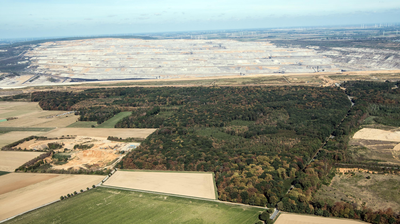 Der Tagebau Hambach schiebt sich an den Hambacher Forst