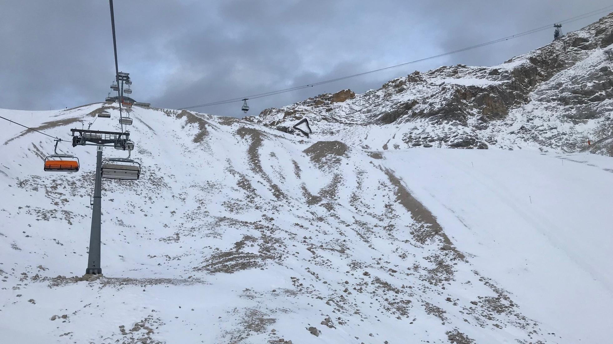 Viele freie Plätze in der 6er-Sesselbahn auf der Zugspitze am Tag des Saisonstarts.