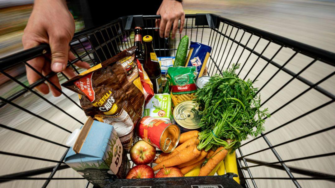 Supermarkteinkäufe liegen in einem Einkaufwagen
