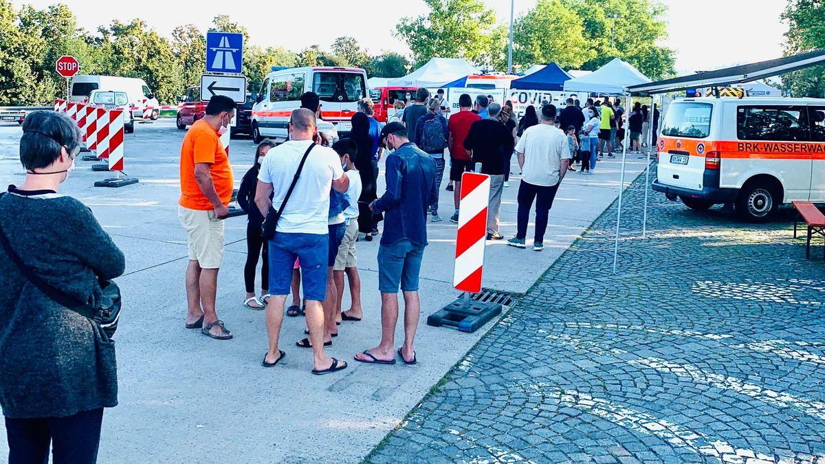 Großer Andrang an der Corona-Teststation auf der A3-Rastanlage Donautal-Ost in Passau