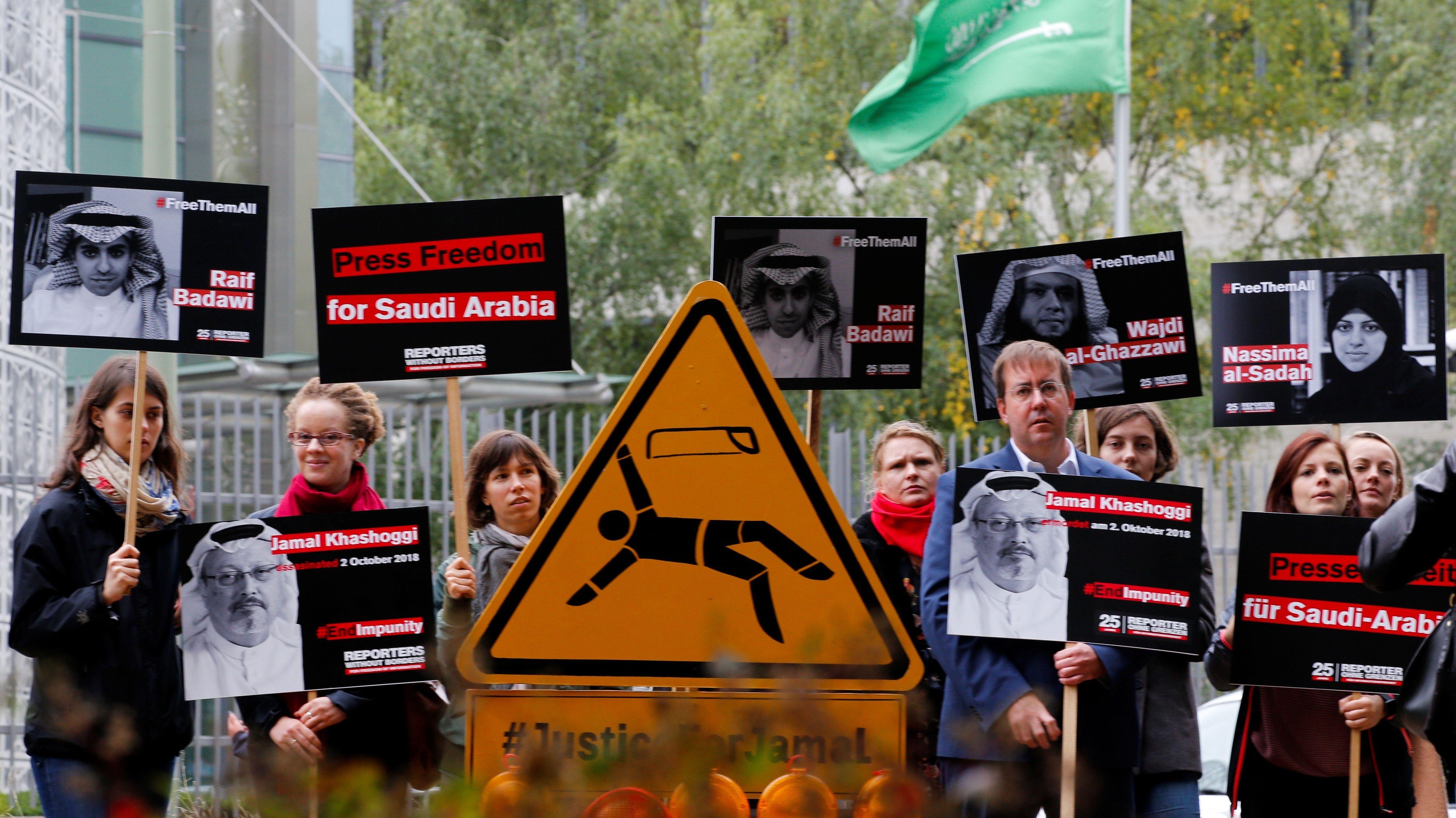 Mitglieder von Journalisten ohne Grenzen demonstrieren vor der saudi-arabischen Botschaft in Berlin am Jahrestag der Ermordung von Jamal Khashoggi.