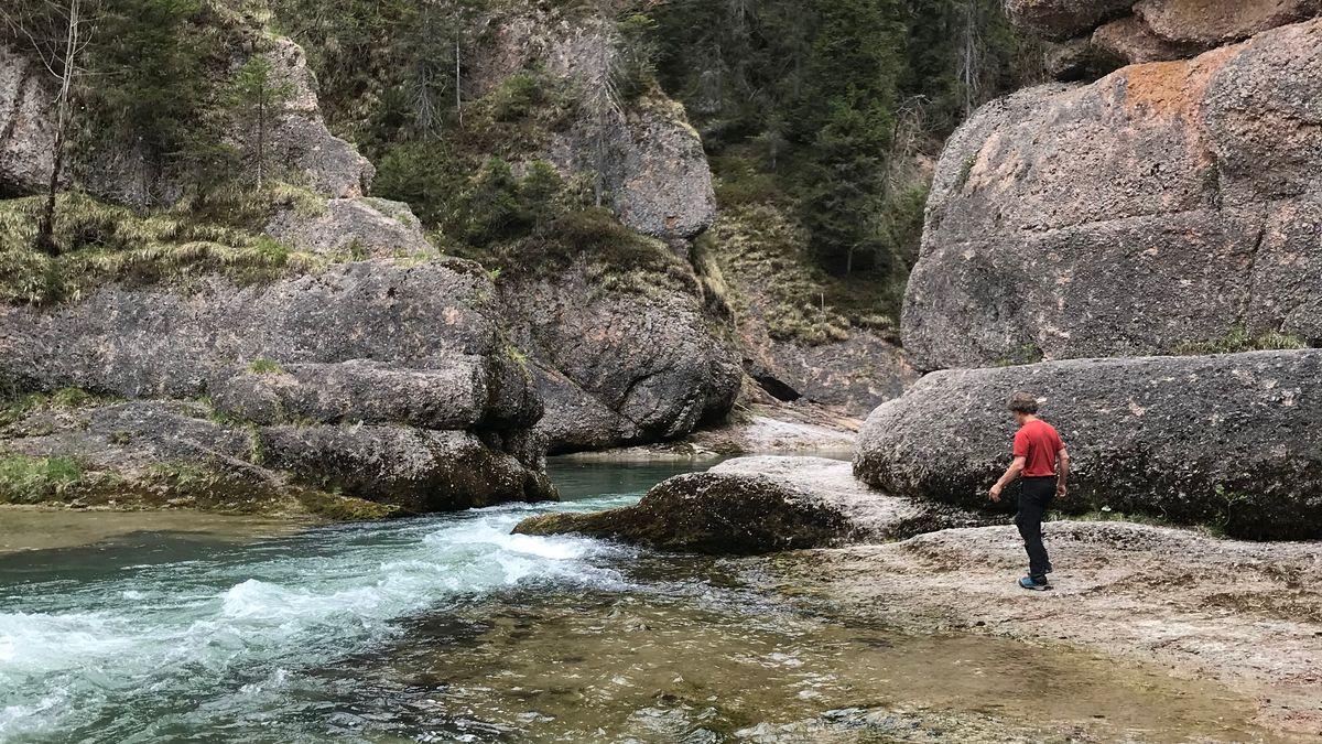 Norbert Parucha an seinem Meditationsort mitten in der Ammerschlucht.