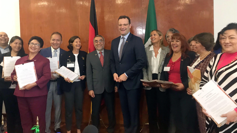 Bundesgesundheitsminister Spahn (M) posiert mit Vertretern mexikanischer Ausbildungseinrichtungen, die er nach Deutschland eingeladen hat.