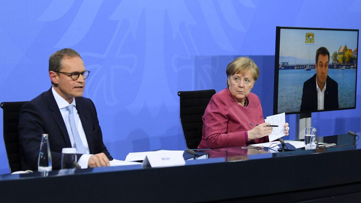 Bundeskanzlerin Angela Merkel (M, CDU) nimmt an einer Pressekonferenz mit dem bayerischen Ministerpräsidenten Markus Söder (r, CSU) und dem Regierenden Bürgermeister von Berlin, Michael Müller (SPD), nach einem Impfgipfel von Bund und Ländernim Kanzleramt teil.