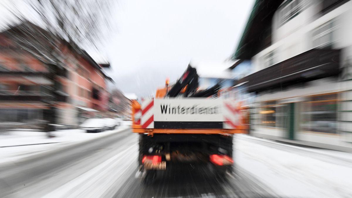Garmisch-Partenkirchen: Der Winterdienst ist nach dem Schneefall im Ort auf den Straßen unterwegs.