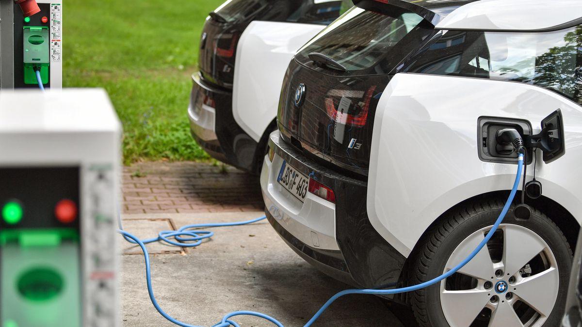 Elektrofahrzeuge vom Typ BMW i3 werden aufgeladen.